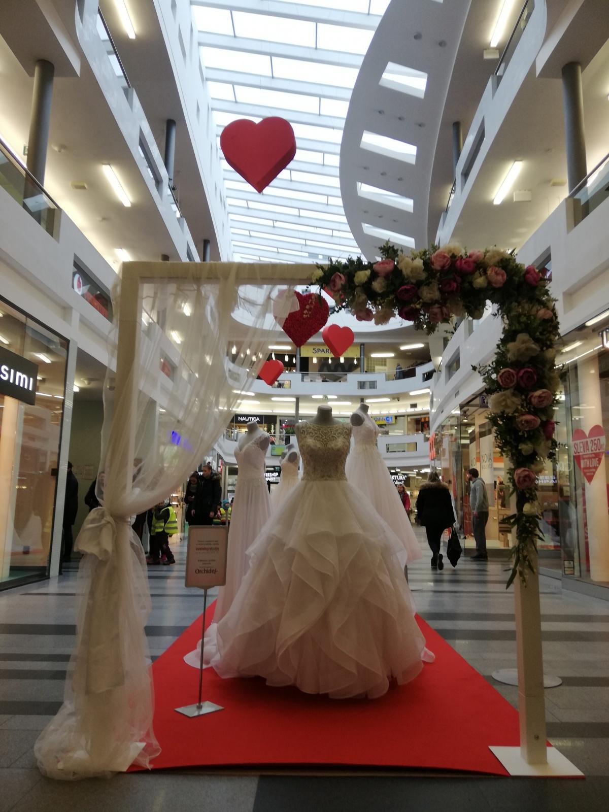 Výstava svatebních šatů a Valentýn ve Zlatém jablku ... 74087c880b