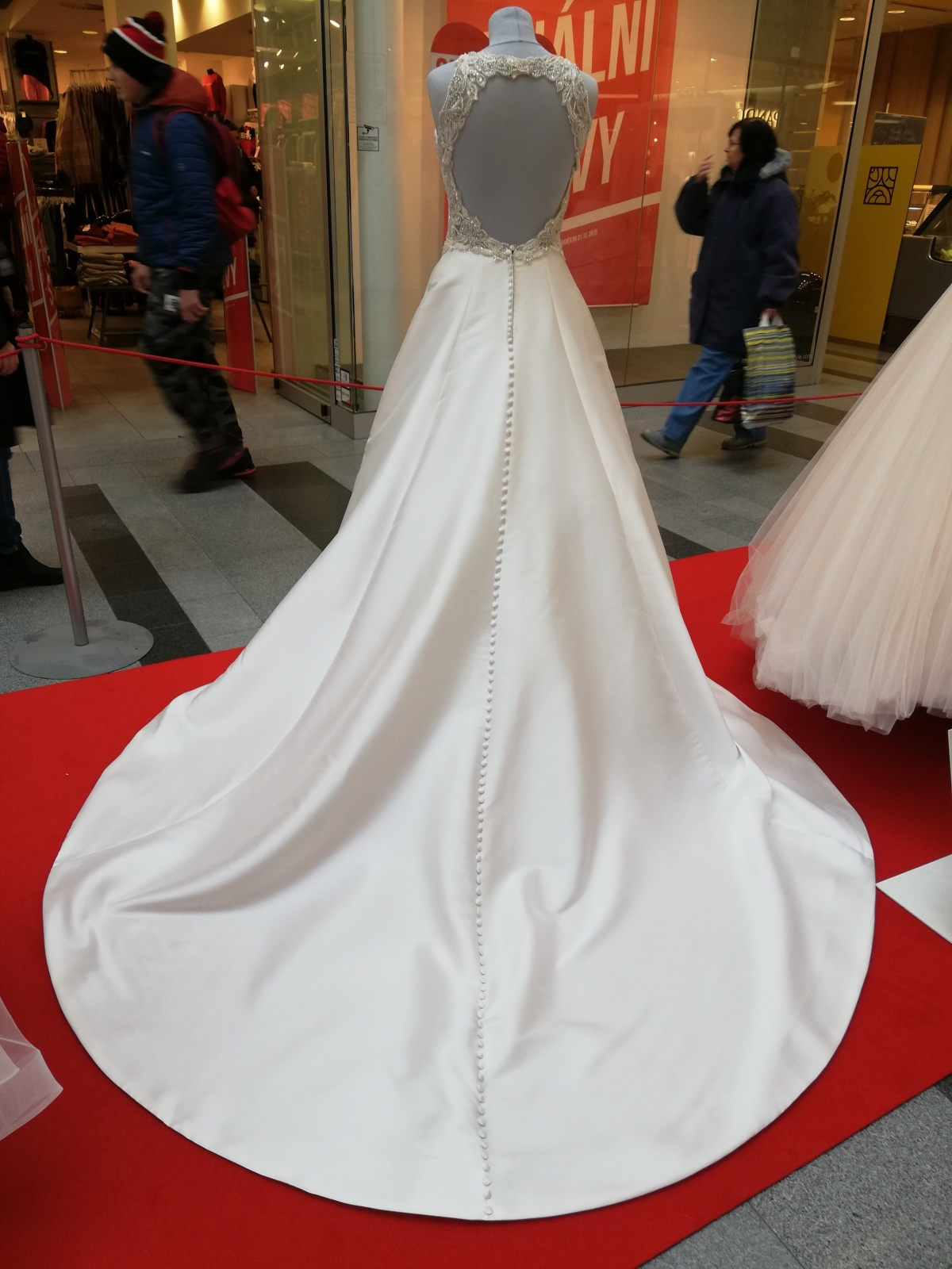 ... Výstava svatebních šatů a Valentýn ve Zlatém jablku ... 015cea6ae2