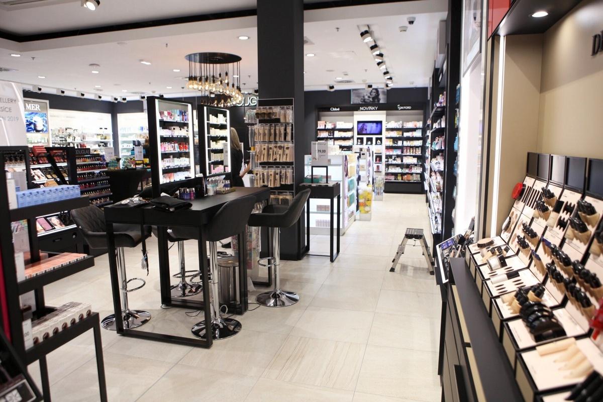 bc3bc54b850a Slavnostní otevření zrekonstruované Parfumerie Douglas!